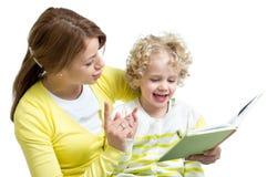 Mãe e criança que leem um livro junto Foto de Stock