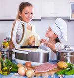 Mãe e criança que preparam a carne Imagens de Stock Royalty Free