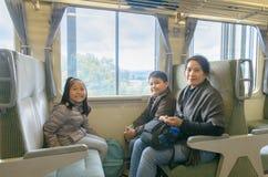 Mãe e criança que sentam-se no trem de japão, imagem de stock royalty free