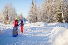 Mãe e criança que sledding no inverno foto de stock royalty free