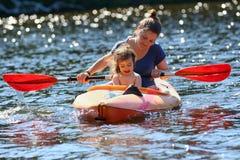 Mãe e criança que têm o divertimento na água Foto de Stock Royalty Free
