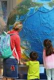 Mãe e crianças em um museu Imagens de Stock