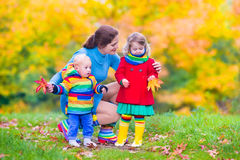 Mãe e crianças em um parque do outono Foto de Stock