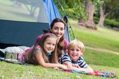 mãe e crianças que têm o divertimento no parque Fotografia de Stock