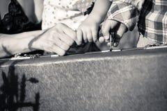 Mãe e duas mãos das crianças que guardam um punho de Imagem de Stock Royalty Free