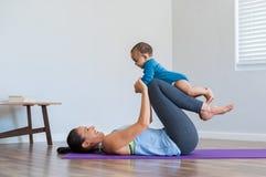 Mãe e exercício pequeno do filho imagem de stock royalty free