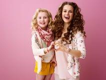 A mãe e a filha à moda de sorriso que mostram o coração deram forma às mãos imagens de stock royalty free