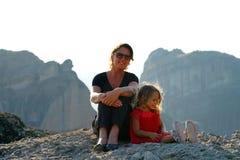 A mãe e a filha admiram o panorama de Meteora, Grécia fotografia de stock