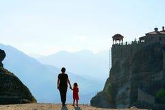 A mãe e a filha admiram o panorama maravilhoso de Meteora imagem de stock