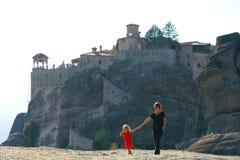 A mãe e a filha admiram o panorama maravilhoso de Meteora imagens de stock
