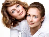 Mãe e filha adolescente imagem de stock