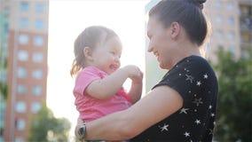 Mãe e filha bonitas fora Mum bonito e sua criança que jogam no parque junto Riso da mamã e do bebê video estoque