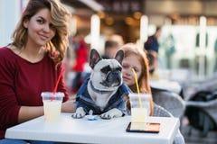 Mãe e filha com cão foto de stock royalty free