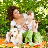 Mãe e filha com cão Fotografia de Stock
