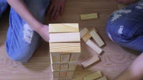 Mãe e filha com jogo de madeira dos blocos video estoque
