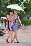 Mãe e filha com o guarda-chuva como o construtor do sol, Kunming, China Fotos de Stock Royalty Free