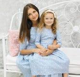 Mãe e filha da beleza dentro Foto de Stock Royalty Free