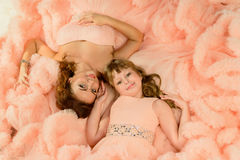 Mãe e filha da beleza no vestido da nuvem Fotos de Stock Royalty Free