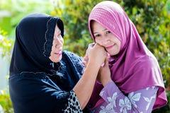 A mãe e a filha de Ásia perdoam-se Foto de Stock
