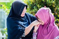 A mãe e a filha de Ásia perdoam-se Fotos de Stock