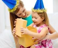 Mãe e filha em chapéus azuis com chifres do favor Imagens de Stock Royalty Free