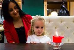 Mãe e filha em um café Imagem de Stock Royalty Free