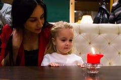 Mãe e filha em um café Foto de Stock Royalty Free