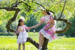 Mãe e filha em um parque do verão fotos de stock