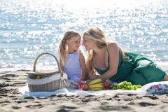 Mãe e filha em um piquenique imagem de stock royalty free