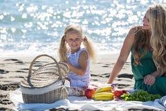 Mãe e filha em um piquenique fotos de stock royalty free