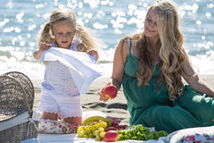 Mãe e filha em um piquenique fotografia de stock