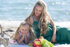 Mãe e filha em um piquenique foto de stock royalty free