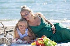 Mãe e filha em um piquenique imagem de stock