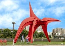 Mãe e filha entusiasmado antes de Eagle Sculpture por Alexander Calder, parque olímpico da escultura fotografia de stock