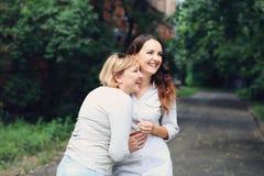 A mãe e a filha estão andando no parque Foto de Stock Royalty Free