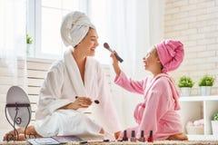 A mãe e a filha estão fazendo compõem Imagem de Stock Royalty Free