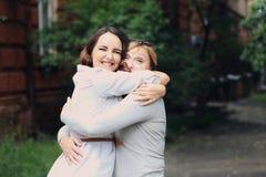 A mãe e a filha estão no parque Imagens de Stock