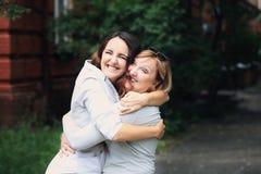 A mãe e a filha estão no parque Imagens de Stock Royalty Free