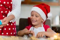 A mãe e a filha estão preparando o pão-de-espécie para o Natal Fotos de Stock Royalty Free