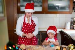 A mãe e a filha estão preparando o pão-de-espécie para o Natal Fotografia de Stock