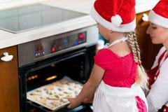A mãe e a filha estão preparando o pão-de-espécie para o Natal Foto de Stock Royalty Free