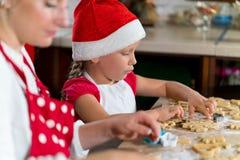 A mãe e a filha estão preparando o pão-de-espécie para o Natal Imagens de Stock