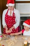 A mãe e a filha estão preparando o pão-de-espécie para o Natal foto de stock