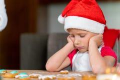 A mãe e a filha estão preparando o pão-de-espécie para o Natal fotografia de stock royalty free