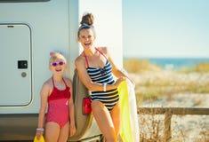 Mãe e filha felizes com o boia salva-vidas inflável amarelo imagens de stock royalty free