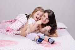 Mãe e filha felizes da criança de três anos Fotografia de Stock