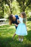 Mãe e filha felizes junto em um parque do verão fora foto de stock royalty free