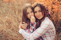 A mãe e a filha felizes na caminhada no verão colocam Férias exteriores, captação da despesa da família do estilo de vida imagens de stock royalty free