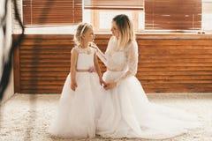 A mãe e a filha gostam de noivas Fotos de Stock Royalty Free