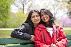 Mãe e filha loving foto de stock